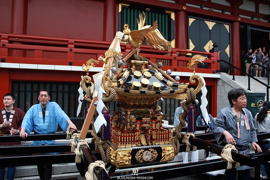 Sanja Matsuri asakusa-senso-ji-hondo-mikoshi-pause-gros-plan