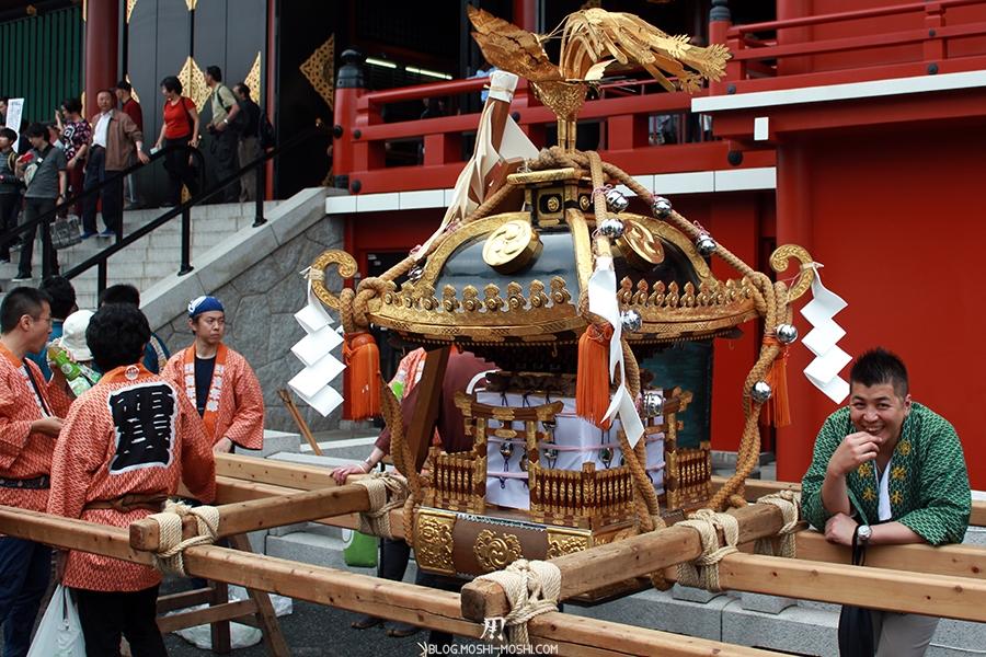 tokyo-sanja-matsuri-asakusa-senso-ji-hondo-mikoshi-pause-sourire