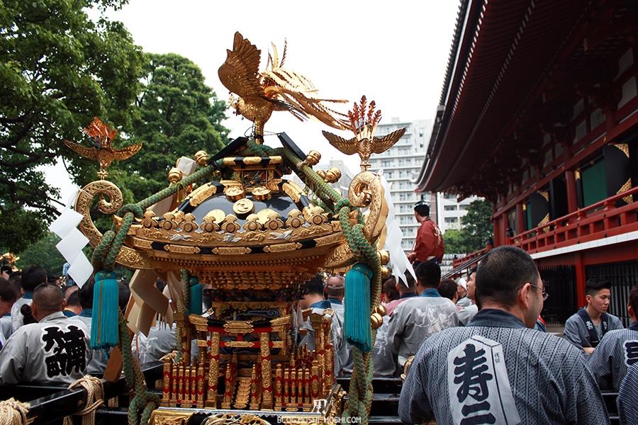 tokyo-sanja-matsuri-asakusa-senso-ji-hondo-mikoshi-pause-vue-dos