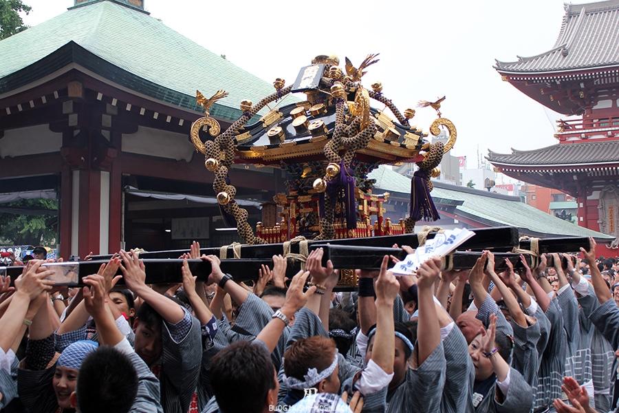 tokyo-sanja-matsuri-asakusa-senso-ji-hondo-mikoshi-porte