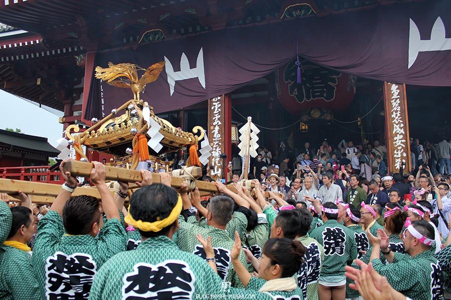 tokyo-sanja-matsuri-asakusa-senso-ji-hondo-priere-pour-mikoshi-bouge-droite-gauche