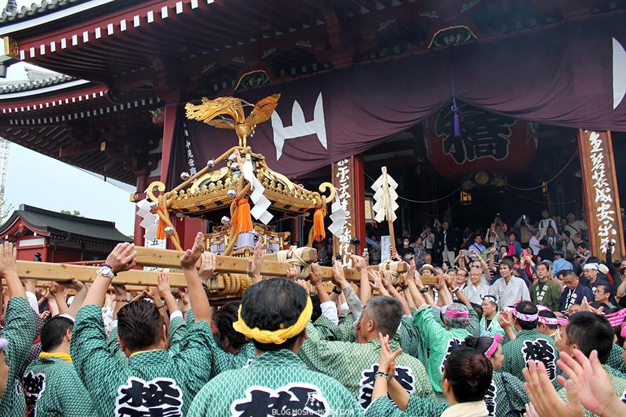 tokyo-sanja-matsuri-asakusa-senso-ji-hondo-priere-pour-mikoshi-tape-des-mains