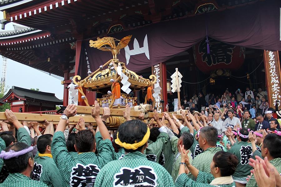 tokyo-sanja-matsuri-asakusa-senso-ji-hondo-priere-pour-mikoshi