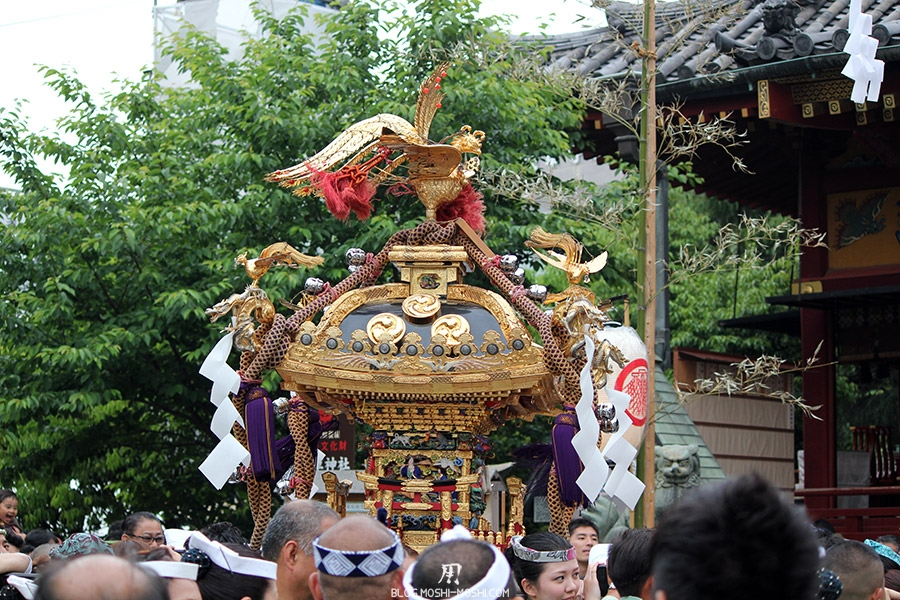 tokyo-sanja-matsuri-asakusa-senso-ji-mikoshi-deuxieme-benediction-gros-plan-dorures