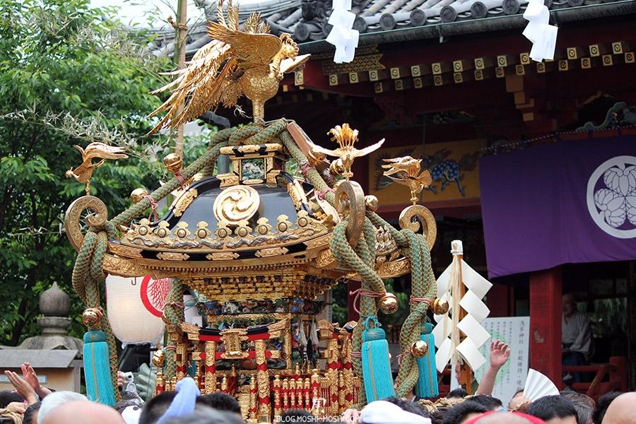 tokyo-sanja-matsuri-asakusa-senso-ji-mikoshi-gros-plan-dorures