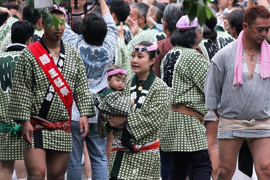 tokyo-sanja-matsuri-asakusa-senso-ji-mikoshi-porteurs-famille-bebe