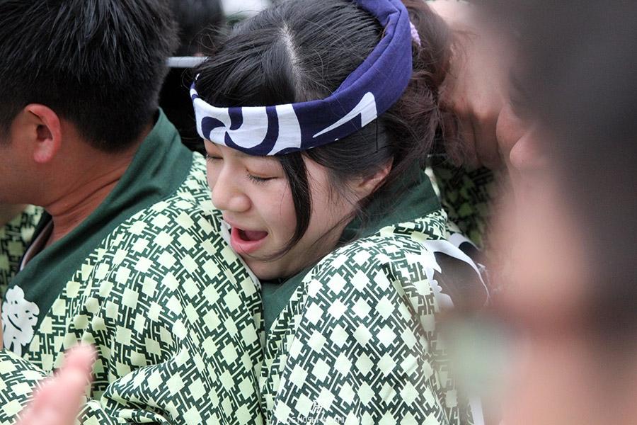 tokyo-sanja-matsuri-asakusa-senso-ji-mikoshi-porteurs-portrait-femme-douleur-yeux-fermes