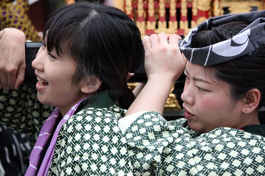 tokyo-sanja-matsuri-asakusa-senso-ji-mikoshi-porteurs-portrait-femme-enjouee-concentree