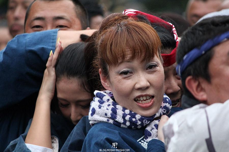 tokyo-sanja-matsuri-asakusa-senso-ji-mikoshi-porteurs-portrait-femme-maquillee-sourire-travers