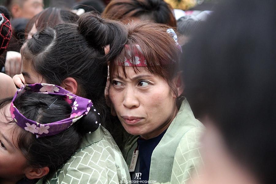 tokyo-sanja-matsuri-asakusa-senso-ji-mikoshi-porteurs-portrait-femme-regard-etrange