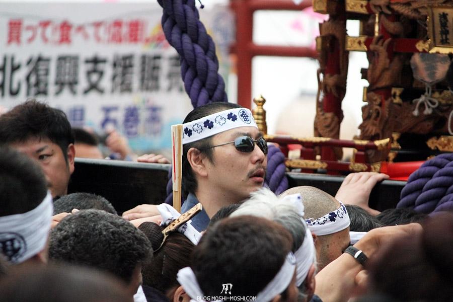 tokyo-sanja-matsuri-asakusa-senso-ji-mikoshi-porteurs-portrait-homme-lunettes-noires