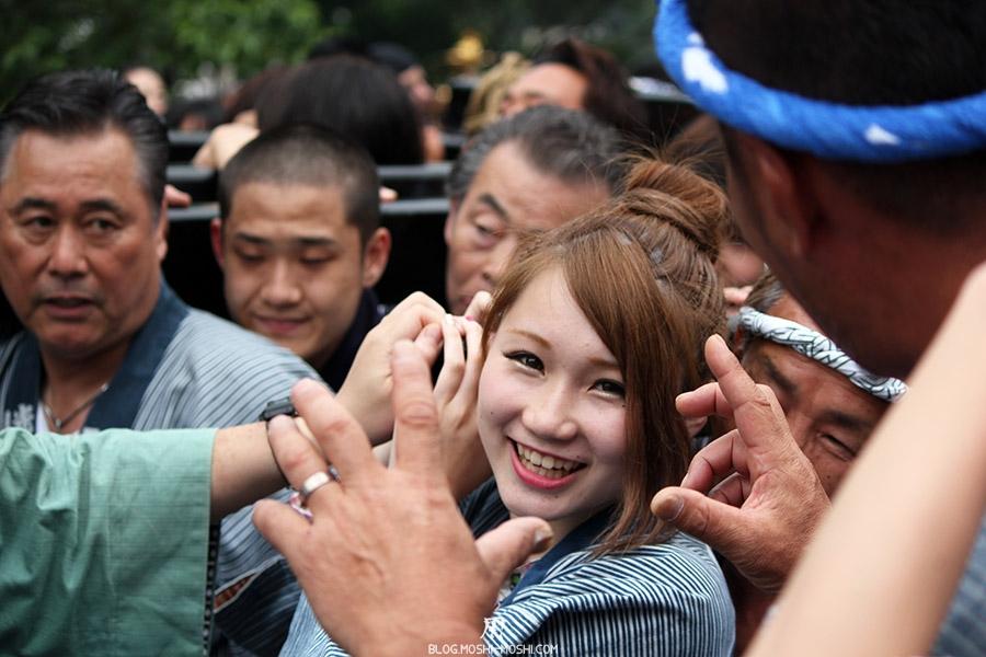 tokyo-sanja-matsuri-asakusa-senso-ji-mikoshi-porteurs-portrait-jeune-fille-kawaii-beau-sourire