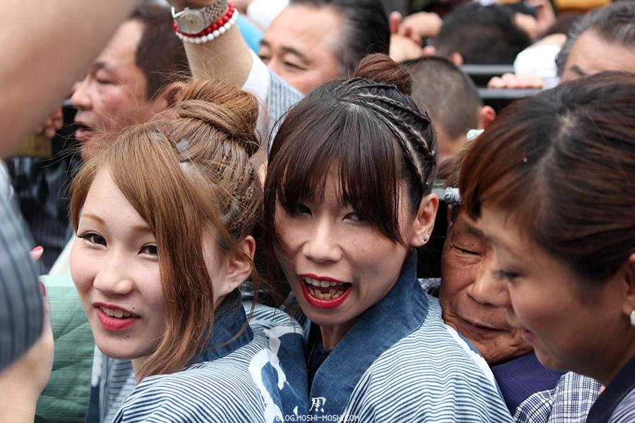 tokyo-sanja-matsuri-asakusa-senso-ji-mikoshi-porteurs-portrait-jeune-fille-kawaii-femme-sourire