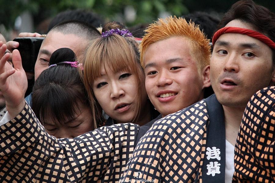 tokyo-sanja-matsuri-asakusa-senso-ji-mikoshi-porteurs-portrait-jeunes-en-forme