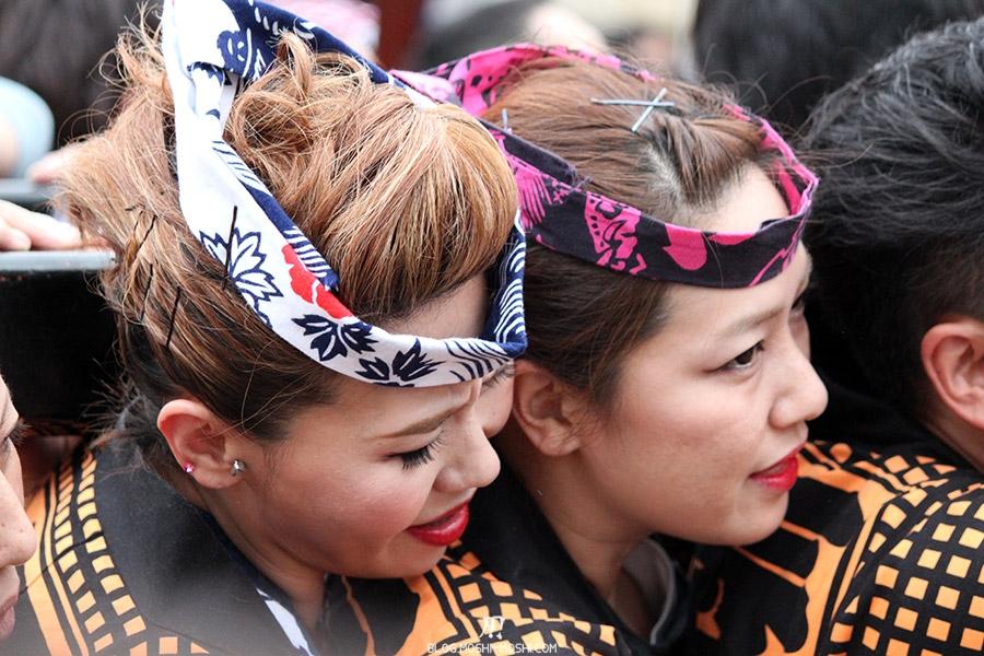 tokyo-sanja-matsuri-asakusa-senso-ji-mikoshi-porteurs-portrait-jeunes-femmes-ressemble