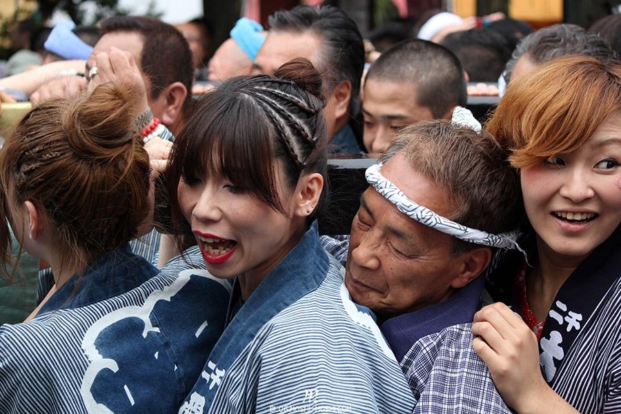 tokyo-sanja-matsuri-asakusa-senso-ji-mikoshi-porteurs-portrait-jiji-heureux-entre-filles