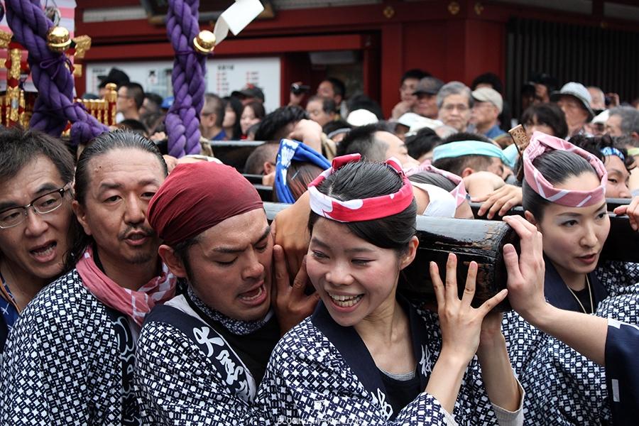 tokyo-sanja-matsuri-asakusa-senso-ji-mikoshi-porteurs-portrait-souriante