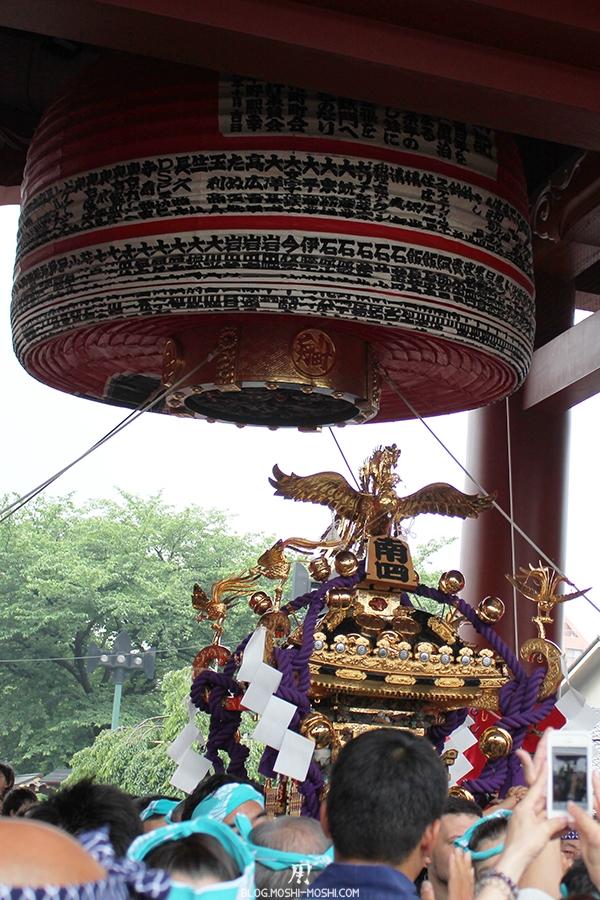 tokyo-sanja-matsuri-asakusa-senso-ji-passage-porte-kaminarimon-gros-plan-lanterne-papier-pliee
