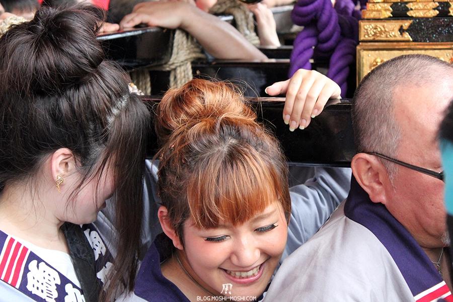 tokyo-sanja-matsuri-asakusa-senso-ji-passage-porte-kaminarimon-jeune-fille-sourire-douleur