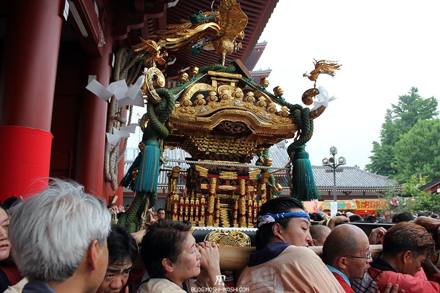 tokyo-sanja-matsuri-asakusa-senso-ji-passage-porte-kaminarimon-mikoshi-dorures-vert-gros-plan