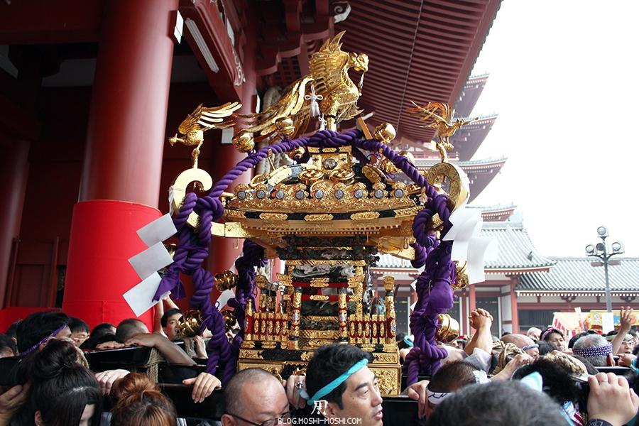 tokyo-sanja-matsuri-asakusa-senso-ji-passage-porte-kaminarimon-mikoshi-dorures-violet-gros-plan