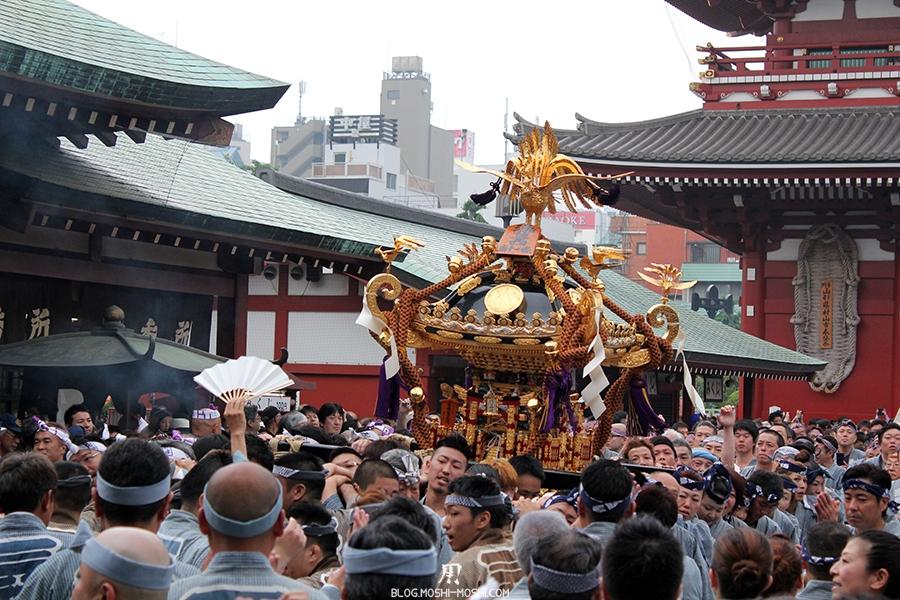 tokyo-sanja-matsuri-asakusa-senso-ji-passage-porte-kaminarimon-mimkoshi-guide-par-eventail
