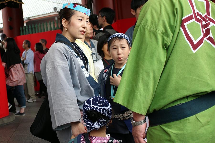 tokyo-sanja-matsuri-asakusa-senso-ji-passage-porte-kaminarimon-scene-vie-famille