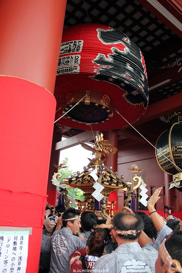 tokyo-sanja-matsuri-asakusa-senso-ji-passage-sous-porte-kaminarimon-ouf-ca-passe