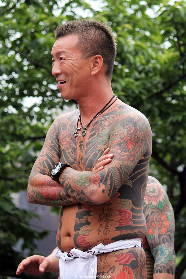 tokyo-sanja-matsuri-asakusa-senso-ji-yakuza-tatouages-souriant