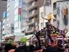 tokyo-sanja-matsuri-quartier-rues-asakusa-mikoshi-foule-gros-plan