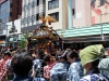 tokyo-sanja-matsuri-quartier-rues-asakusa-mikoshi-porteuses-femme-chaleur