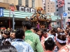 tokyo-sanja-matsuri-quartier-rues-asakusa-mikoshi-porteuses-femme