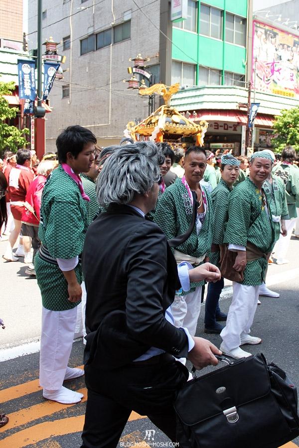 tokyo-sanja-matsuri-quartier-rues-asakusa-artiste-rues-français-fige-dans-le-temps