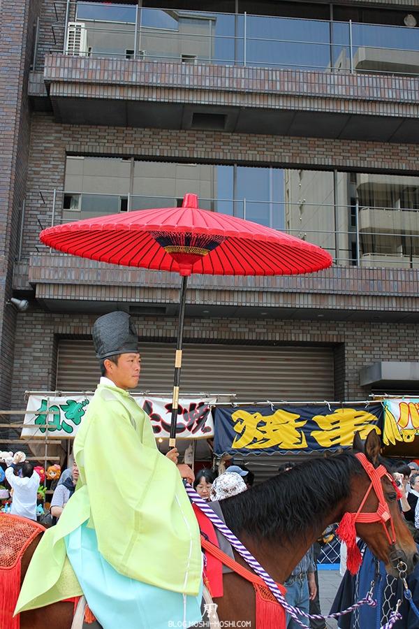 tokyo-sanja-matsuri-quartier-rues-asakusa-cavalier-ombrelle