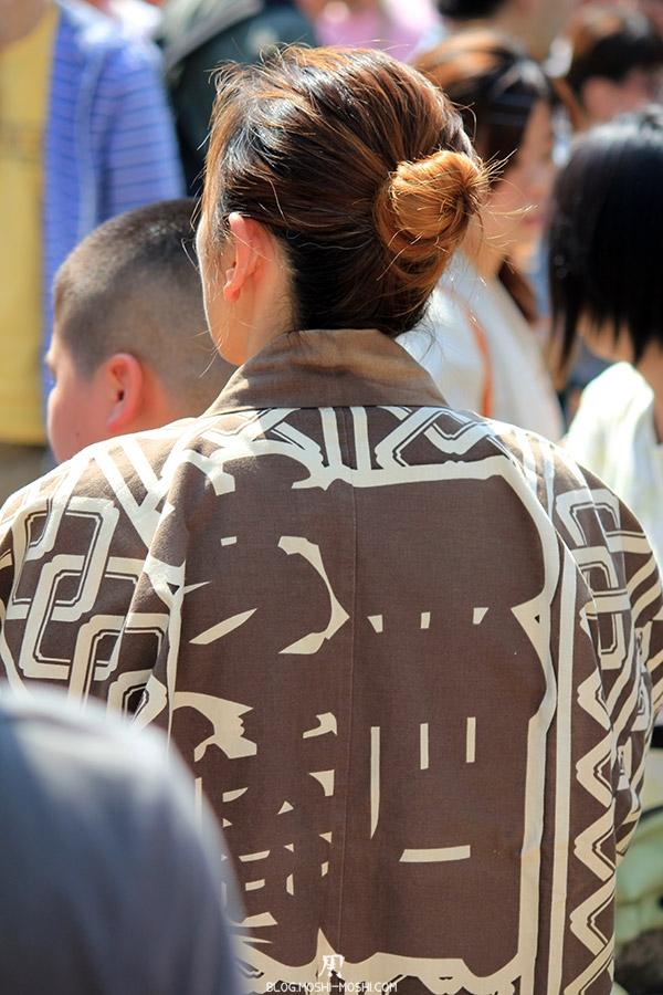 tokyo-sanja-matsuri-quartier-rues-asakusa-femme-kimono-dos-kanji