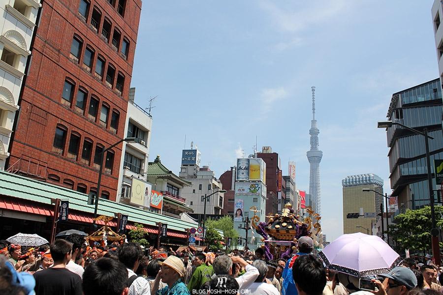 tokyo-sanja-matsuri-quartier-rues-asakusa-foule-skytree