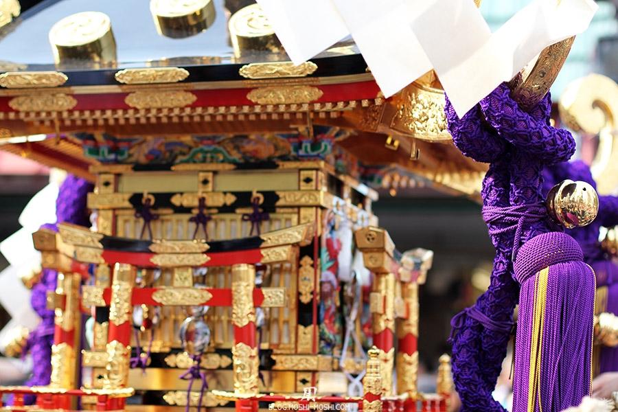 tokyo-sanja-matsuri-quartier-rues-asakusa-gros-plan-mikoshi-cordes-clochettes-dorures
