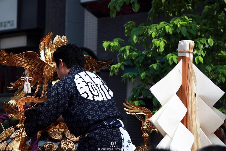 tokyo-sanja-matsuri-quartier-rues-asakusa-homme-dos-kimono-kanji