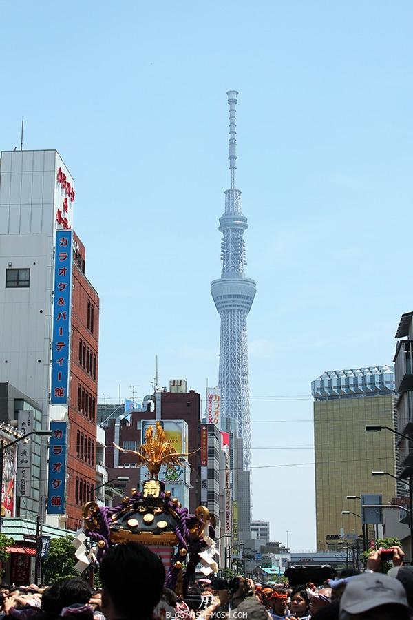 tokyo-sanja-matsuri-quartier-rues-asakusa-mikoshi-foule-skytree