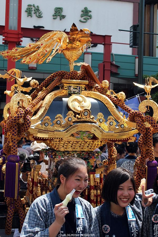 tokyo-sanja-matsuri-quartier-rues-asakusa-mikoshi-jeunes-filles-pause-glace-joie