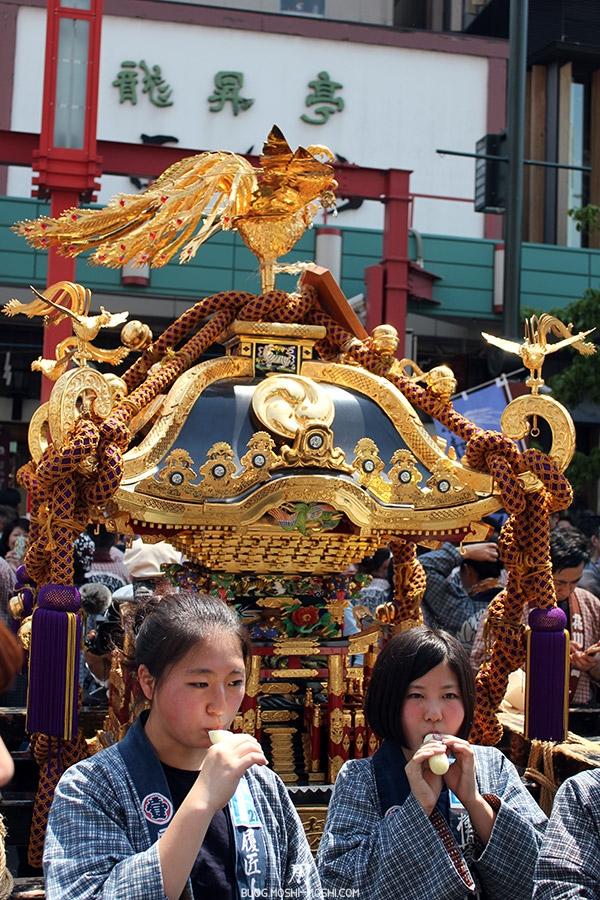 tokyo-sanja-matsuri-quartier-rues-asakusa-mikoshi-jeunes-filles-pause-glace-moment-eroi