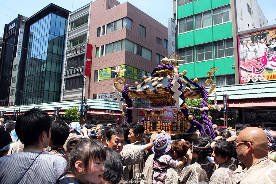 tokyo-sanja-matsuri-quartier-rues-asakusa-mikoshi-milieu-foule