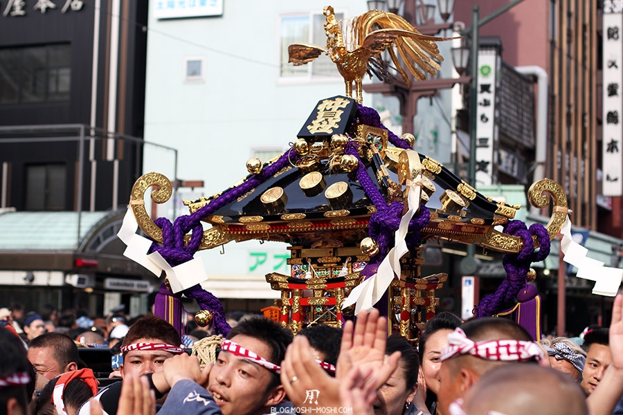 tokyo-sanja-matsuri-quartier-rues-asakusa-mikoshi-pleine-foule-gros-plan