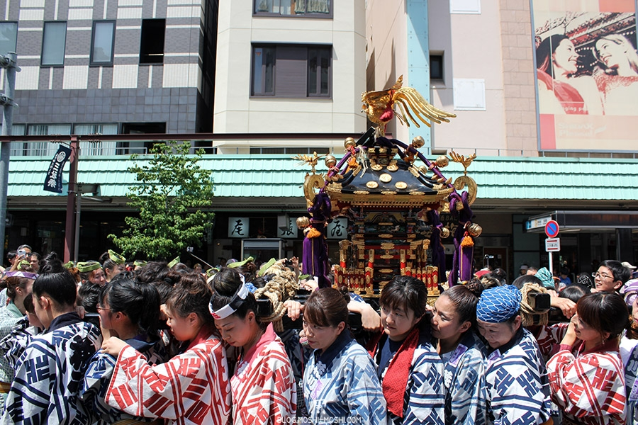 tokyo-sanja-matsuri-quartier-rues-asakusa-mikoshi-porteuses-femme-girls-power