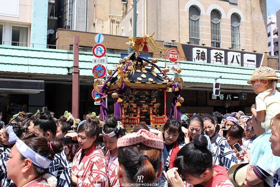 tokyo-sanja-matsuri-quartier-rues-asakusa-mikoshi-porteuses-femme-souffrance
