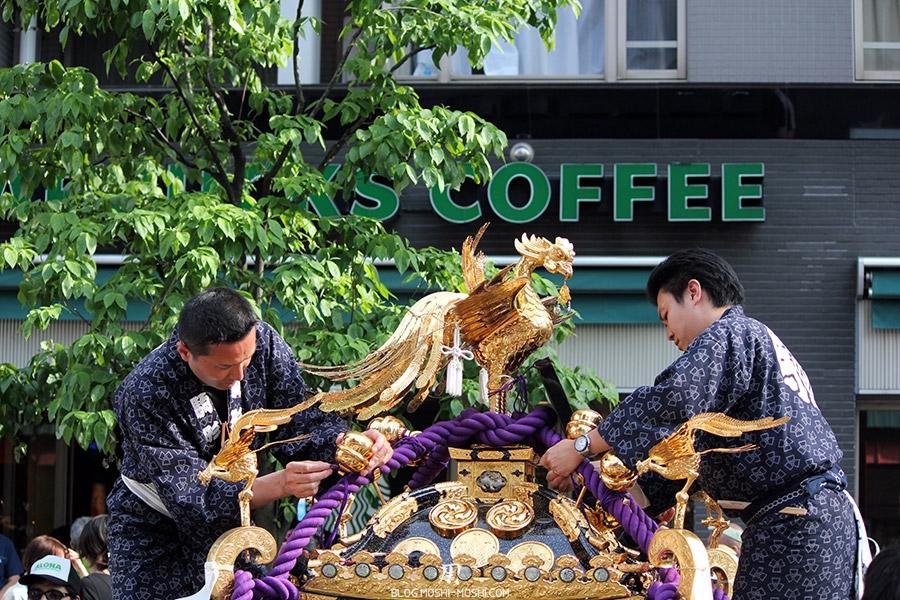 tokyo-sanja-matsuri-quartier-rues-asakusa-mikoshi-reparation-arrangement
