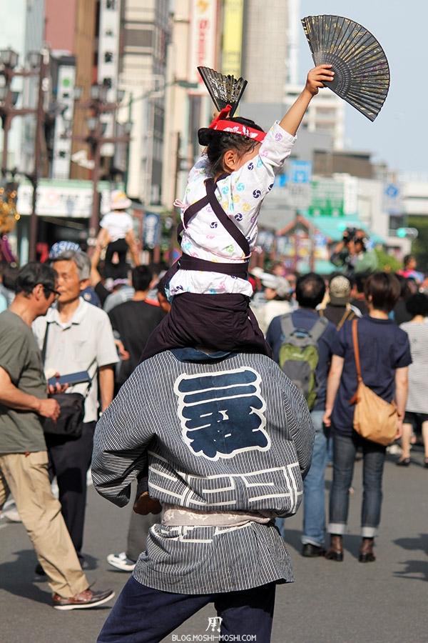 tokyo-sanja-matsuri-quartier-rues-asakusa-papa-petite-fille-dos-danse-deux-eventails