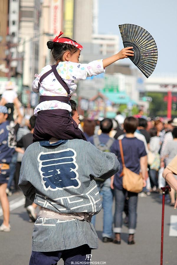 tokyo-sanja-matsuri-quartier-rues-asakusa-papa-petite-fille-dos-danse-kimoni-kanji