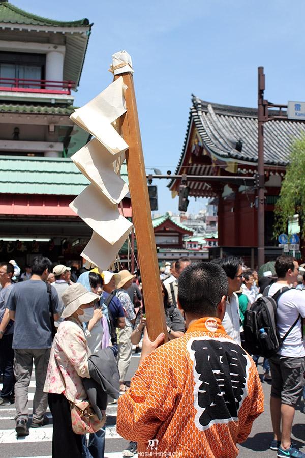 tokyo-sanja-matsuri-quartier-rues-asakusa-porteur-shintoiste