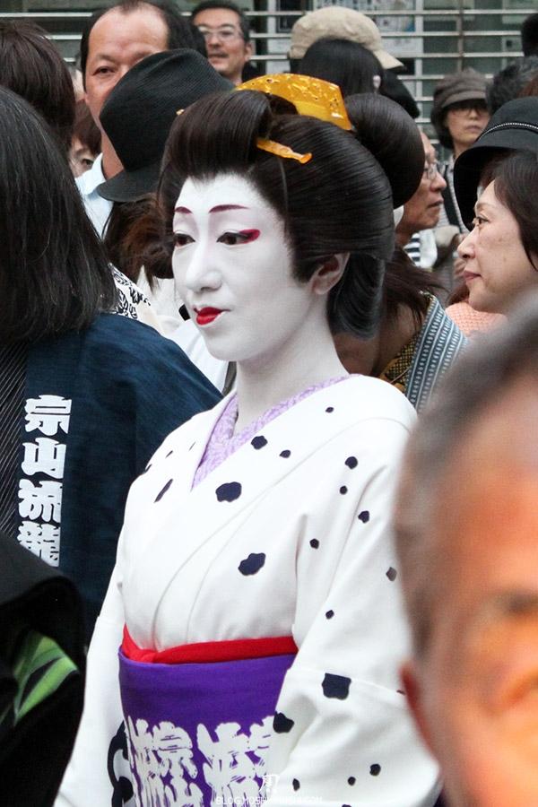 tokyo-sanja-matsuri-quartier-rues-asakusa-proche-hotel-geisha-gros-plan